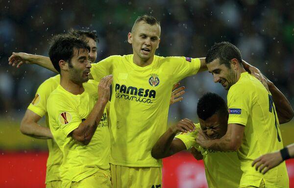 Футболисты Вильярреала поздравляют Икечукву Уче (второй справа) с забитым мячом