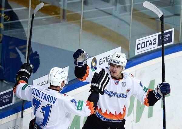 Хоккеисты Северстали Геннадий Столяров (слева) и Павел Бучневич