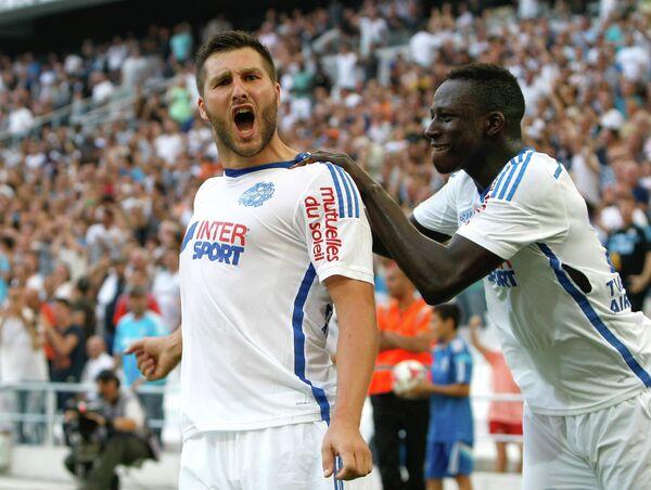 Футболисты Марселя Андре-Пьер Жиньяк (слева) и Бенжамен Менди