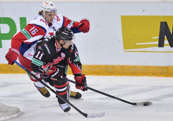 Нападающий Локомотива Сергей Плотников (слева) и нападающий Авангарда Владимир Соботка