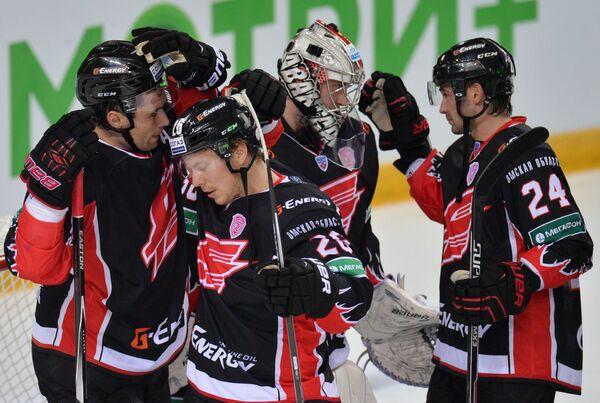 Хоккеисты Авангарда радуются победе
