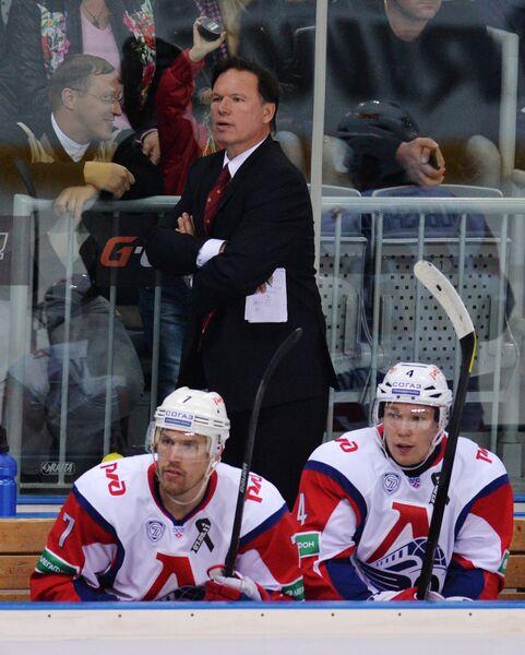 Главный тренер Локомотива Шон Симпсон (на втором плане)