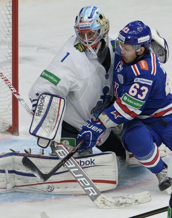 Вратарь Адмирала Иван Налимов (слева) и нападающий СКА Евгений Дадонов