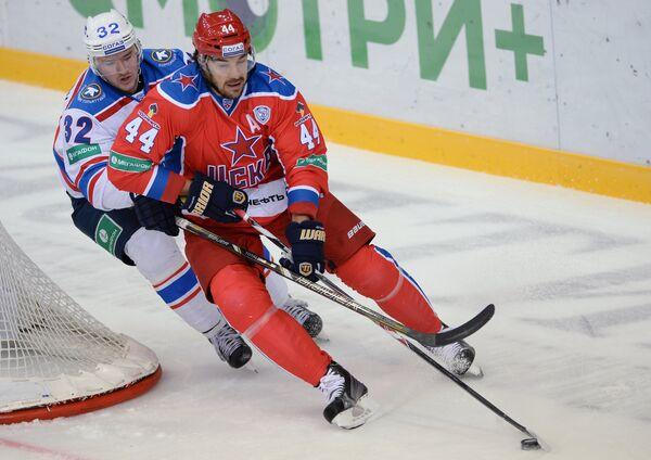 Форвард Лады Василий Стрельцов (слева) и форвард ЦСКА Евгений Артюхин