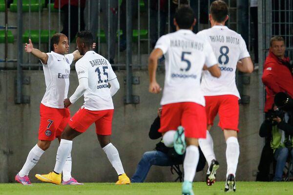 Футболисты Пари Сен-Жермен радуются забитому мячу