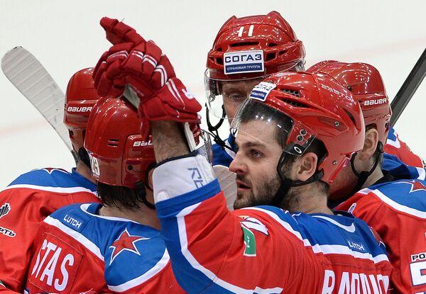 Хоккеисты ПХК ЦСКА Александр Радулов и Сергей Андронов (справа налево) радуются забитому голу