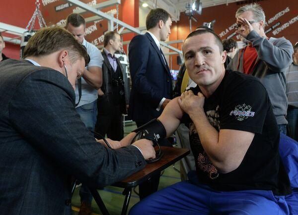 Чемпион мира по версии WBA Денис Лебедев (справа)