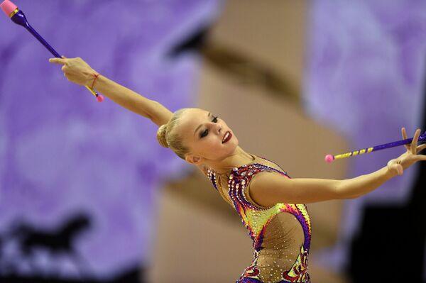Яна Кудрявцева (Россия) выполняет упражнения с булавами в индивидуальном многоборье