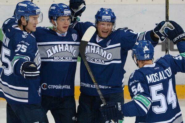 Хоккеисты Динамо Александр Будкин, Глеб Корягин, Сергей Соин, Денис Мосалев (слева направо) радуются заброшенной шайбе