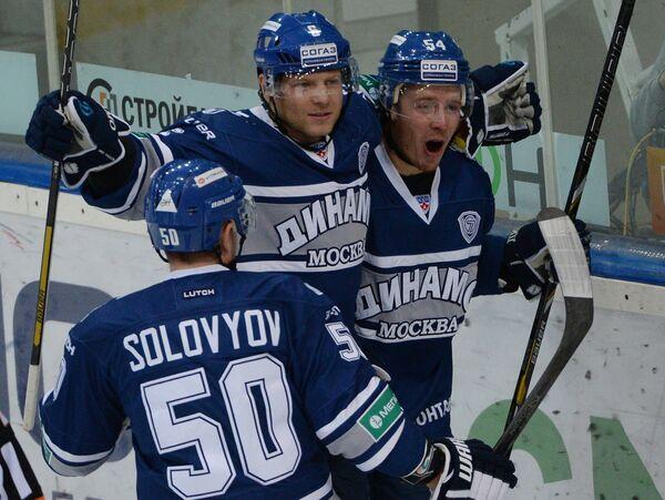 Хоккеисты Динамо Максим Соловьев, Сергей Соин, Денис Мосалев (слева направо) радуются заброшенной шайбе