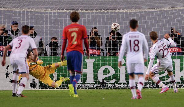 Нападающий Баварии Томас Мюллер (справа) забивает пенальти в ворота ЦСКА