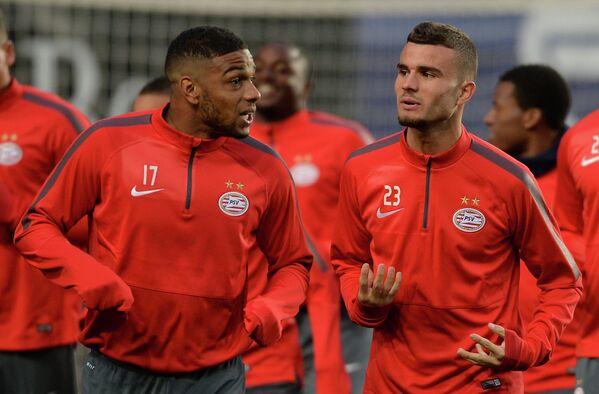 Футболисты ПСВ Юрген Локадия и Рай Влут на тренировке перед матчем группового этапа Лиги Европы.