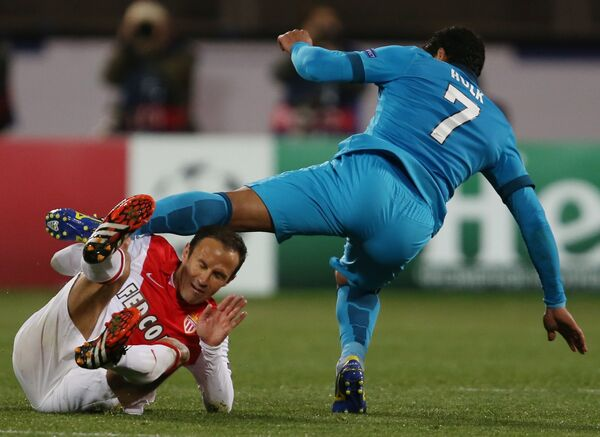 Защитник Монако Рикарду Карвалью (слева) и нападающий Зенита Халк