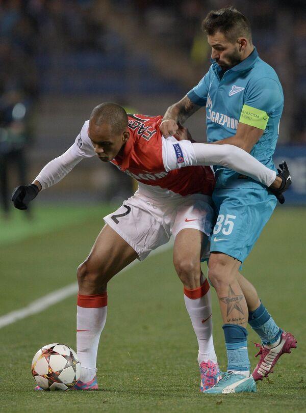 Защитник Монако Фабиньо (слева) и полузащитник Зенита Мигел Данни