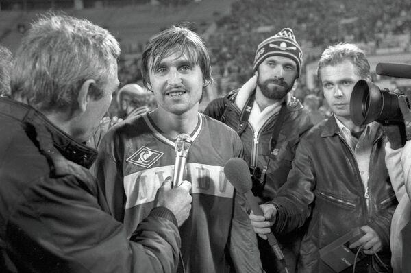 Нападающий московского Спартака Федор Черенков (второй слева) отвечает на вопросы корреспондентов после матча