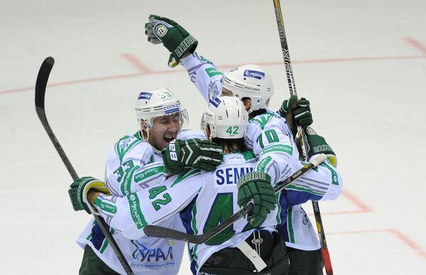 Хоккеисты Салавата Юлаева Денис Бодров, Дмитрий Семин, Теему Хартикайнен (слева напараво)