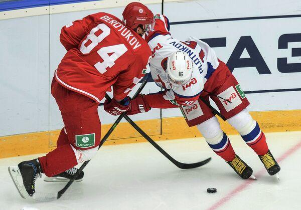 Защитник Витязя Георгий Бердюков (слева) и форвард Локомотива Сергей Плотников