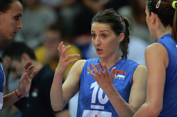 Связующая сборной Сербии Майя Огненович (в центре)