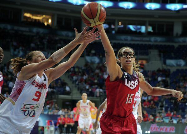 Игровой момент финального матча чемпионата мира по баскетболу среди женских команд Испания - США