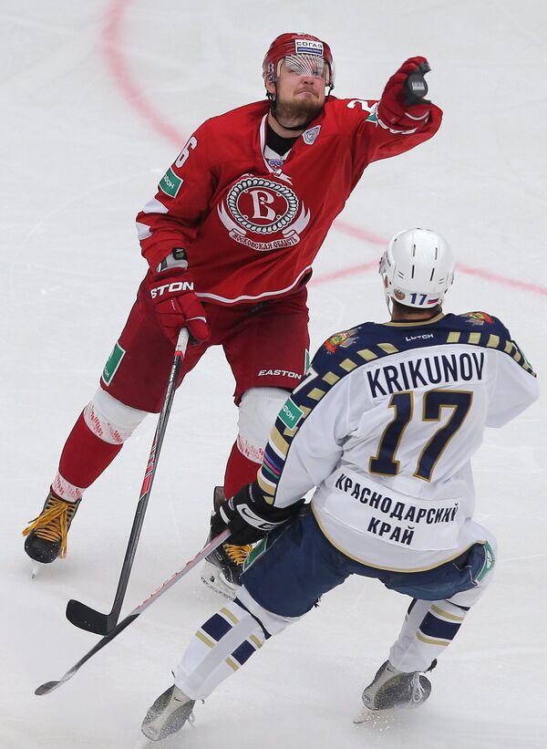Константин Климонтов (в красной форме)