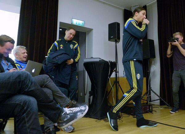 Капитан сборной Швеции по футболу Златан Ибрагимович (справа)