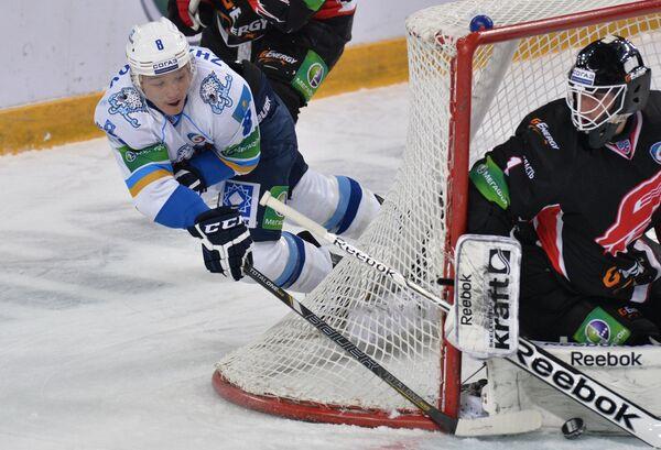Игрок Барыса Талгат Жайлауов (слева)