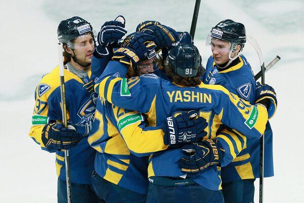 Хоккеисты Атланта Мэттью Гилрой, Андрей Таратухин, Олег Яшин, Ярослав Дыбленко (слева направо) радуются забитой шайбе