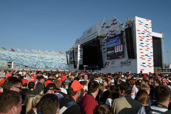 Зрители на территории Сочи Автодрома перед российским этапом чемпионата мира по кольцевым автогонкам в классе Формула-1