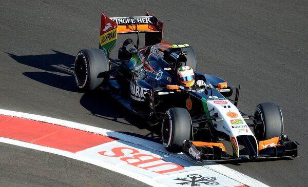 Гонщик команды Форс Индия Серхио Перес принимает участие в свободных заездах.