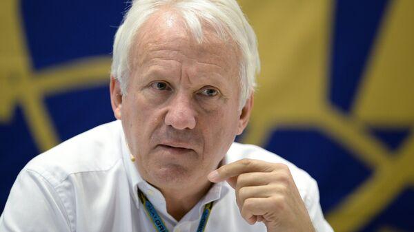 Гоночный директор FIA (Международной автомобильной федерации) Чарли Уайтинг.