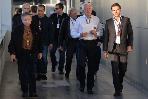 Президент FIA Жан Тодт (слева) и гоночный директор FIA Чарли Уайтинг (второй справа).