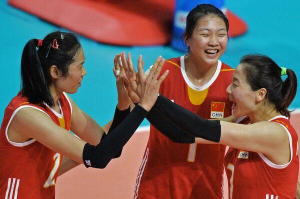 Волейболистки сборной Китая Чжу Тин, Юань Синьюэ и Вэй Цю Юэ (слева направо)