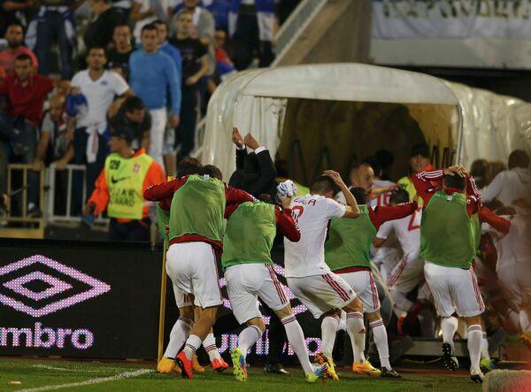 Футболисты сборной Албании убегают в подтрибунное помещение после остановки матча