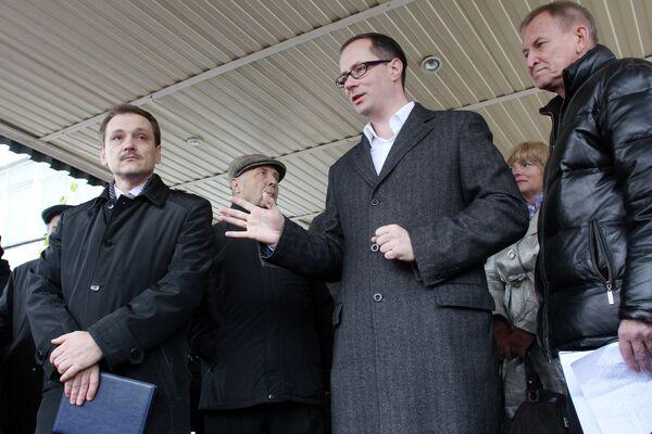 Роман Терюшков (в центре)