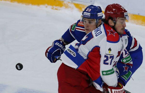 Нападающий СКА Алексей Поникаровский (слева) и нападающий ЦСКА Игорь Григоренко