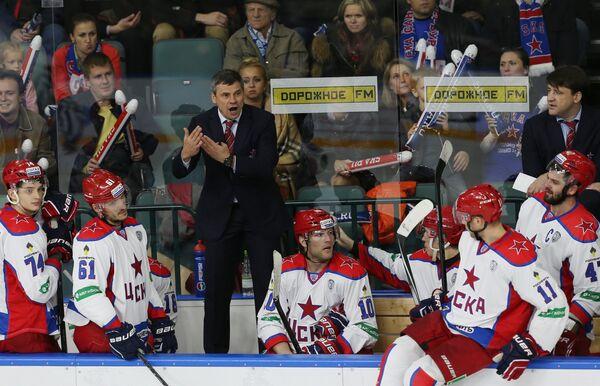 Главный тренер ЦСКА Дмитрий Квартальнов (в центре)