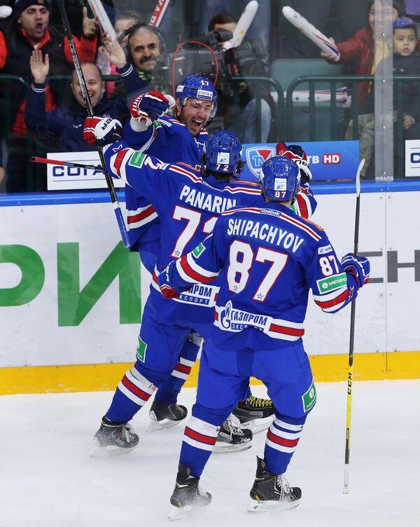 Хоккеисты СКА радуются заброшенной шайбе в ворота ЦСКА