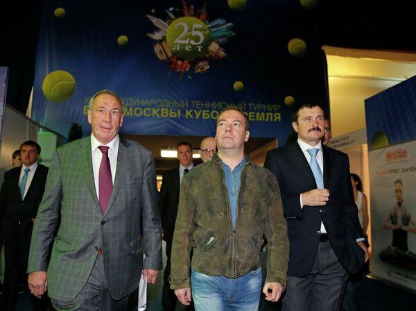 Дмитрий Медведев (в центре)