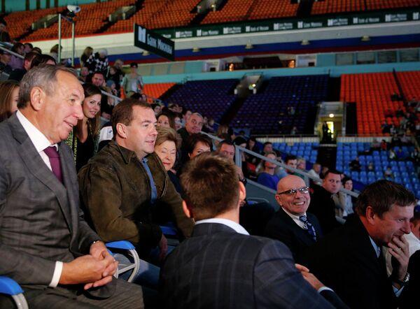Председатель правительства РФ Дмитрий Медведев (второй слева) на матче теннисного турнира Кубок Кремля. Слева - президент Федерации тенниса России Шамиль Тарпищев