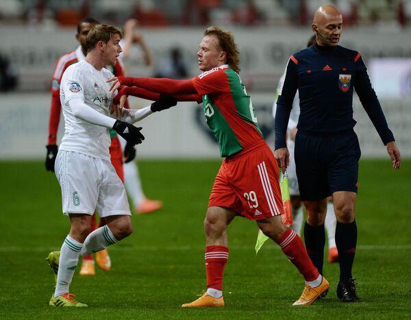 Полузащитник Терека Адилсон Варкен (слева) и защитник Локомотива Виталий Денисов.