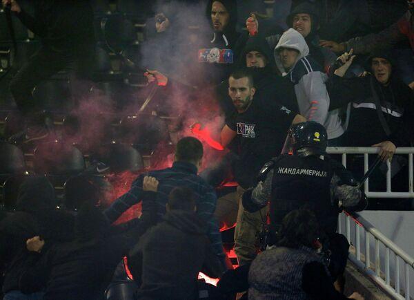 Полиция между фанатами Партизана и Црвены Звезды