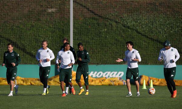 Футболисты Краснодара Руслан Аджинджал, Рагнар Сигурдссон, Рикардо Лаборде, Франсишку Вандерсон, Маурисио Перейра и Ари (слева направо) на тренировке