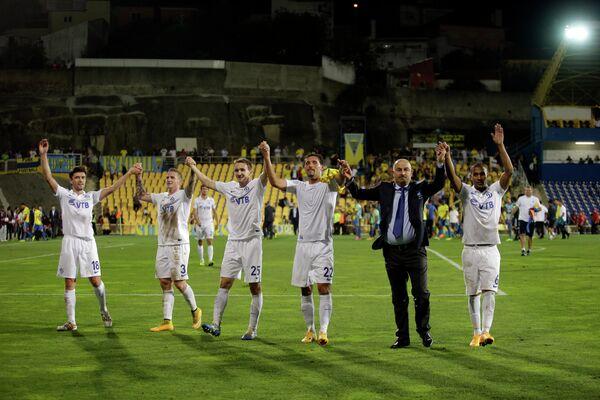 Главный тренер Динамо Станислав Черчесов (второй справа) со своими футболистами