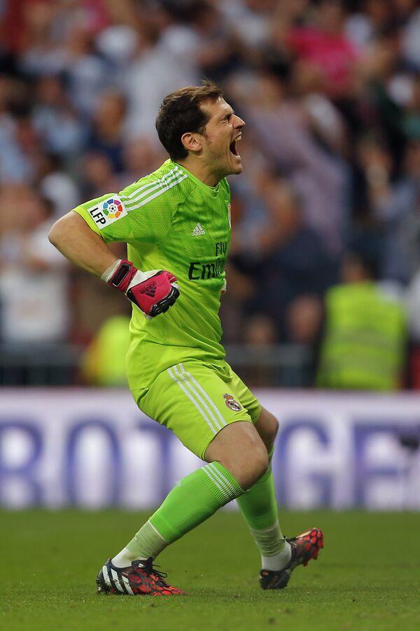 Вратарь Реала Икер Касильяс празднует третий забитый гол в ворота Барселоны