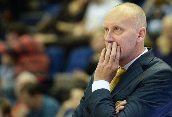 Главный тренер БК Химки Римас Куртинайтис наблюдает за ходом игры