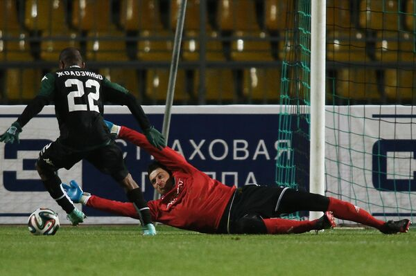 Вратарь Терека Ярослав Годзюр и полузащитник Краснодара Жуанзиньо.