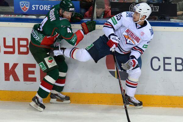 Защитник Ак Барса Владимир Денисов (слева) и нападающий Металлурга Евгений Григоренко.