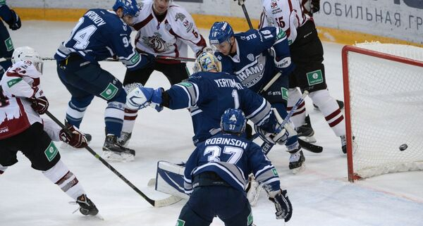 Петр Счастливый (слева) забрасывает шайбу в ворота Динамо (Москва)