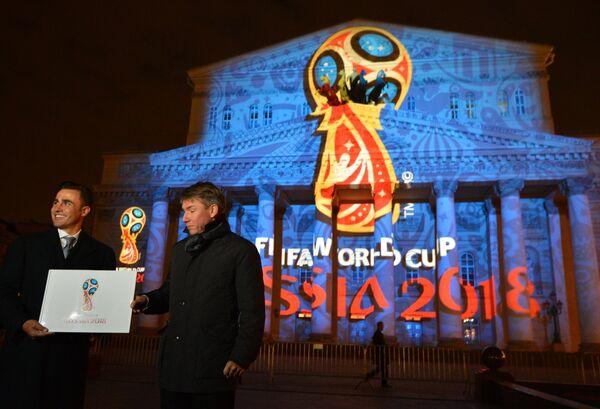 лучший футболист мира 2006 года Фабио Каннаваро (слева) и генеральный директор оргкомитета Россия-2018 Алексей Сорокин