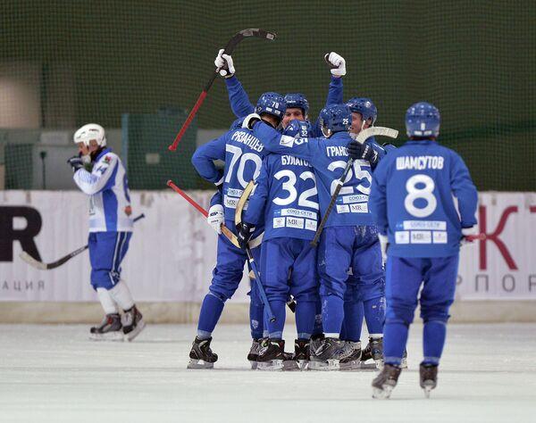Хоккеисты Динамо (Москва) радуются победному мячу в матче Суперкубка России по хоккею с мячом
